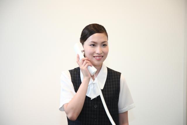 地域医療連携室で電話をする医療事務