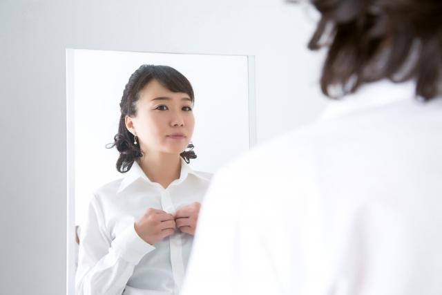 鏡を見て身だしなみを整える